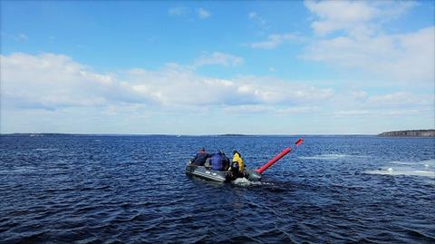 Установка плавучих предостерегательных знаков в порту Высоцк